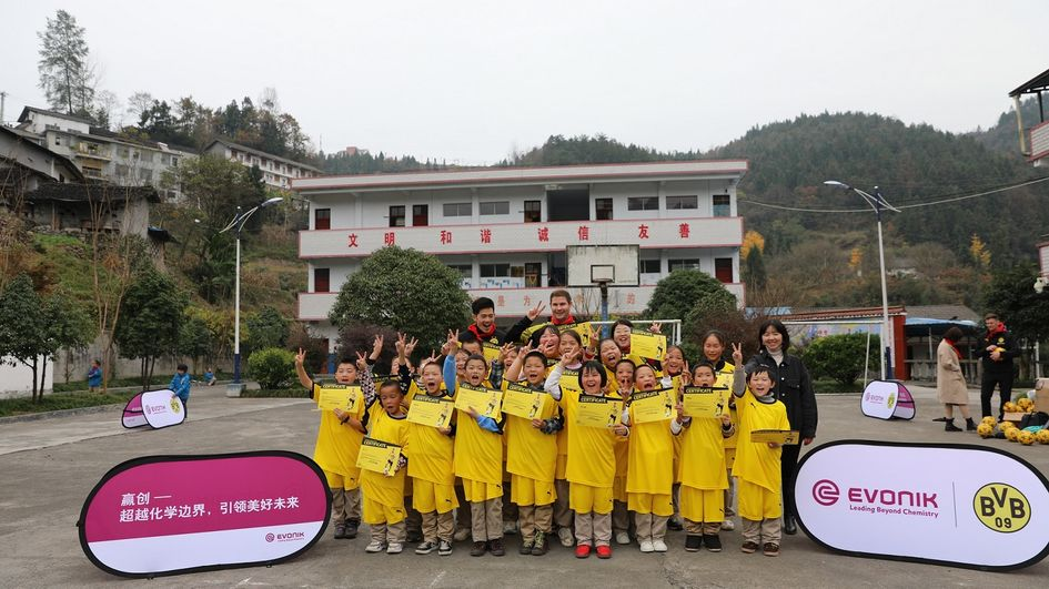 The students received cerifciates from the BVB coach team.
