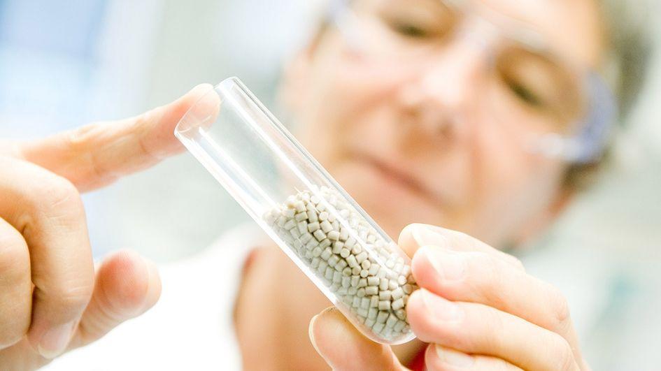 帮助骨骼更快愈合,提升生活质量:赢创正在开发一款基于聚醚醚酮(PEEK)的新型骨传导植入物材料,可用于医疗技术领域。