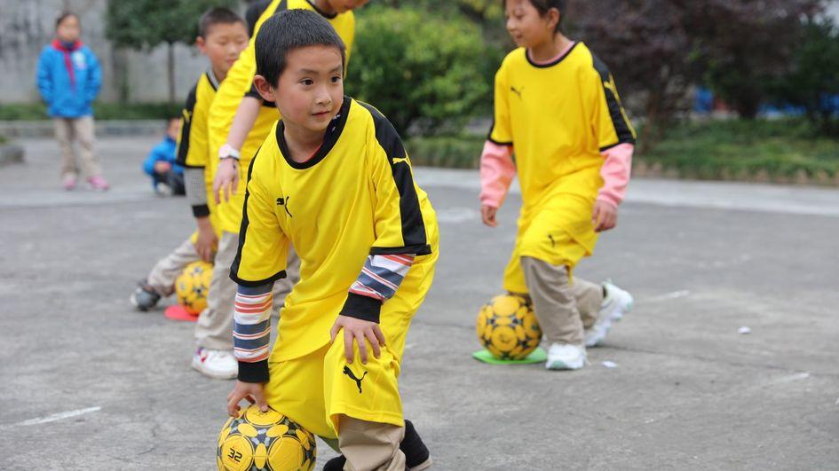 学生专心投入训练。