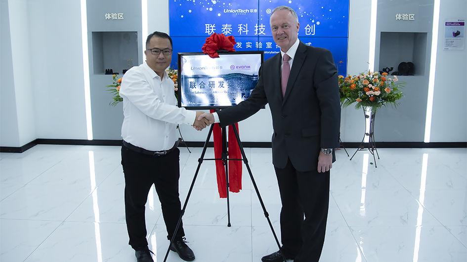 联泰科技总经理马劲松(左)与赢创高性能聚合物业务线亚太区副总裁及总经理Toni Schreibweiss为联合实验室揭牌。