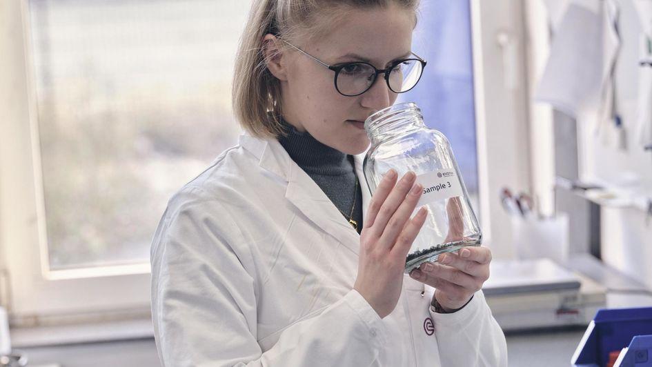 赢创消泡剂有助于显著改善塑料回收设施的清洗工艺。图为化学实验室助理检查回收塑料样品的气味残留。