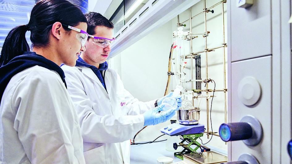 赢创研发人员正在进行PET甲醇醇解实验。该实验的主要产物是对苯二甲酸二甲酯(DMT)。